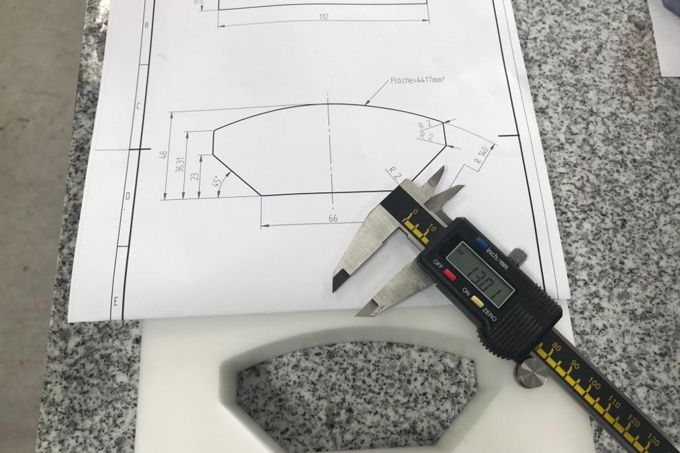 Skizze eines Bremsbelags und Gussform